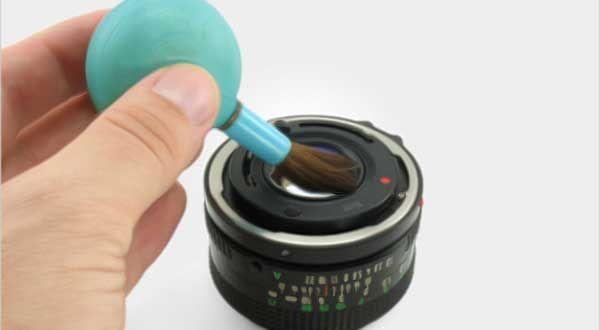 Foto penampakan hantu tertangkap atau terekam kamera sering terjadi karena faktor lensa yang kotor. Cara membersihkan lensa…