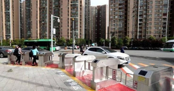Κίνα: Αυτόματες πύλες πεζών για τους επικίνδυνους που περνάνε τα φανάρια (φωτό)