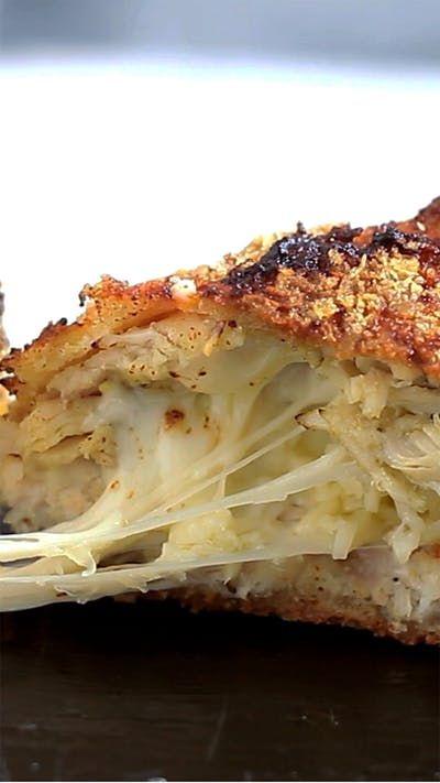 Receita com instruções em vídeo: Já imaginou fazer esse incrível frango recheado com pesto e muçarela no almoço em família? Ingredientes: 1 filé de peito de frango, Sal a gosto, Pimenta do reino a gosto, 50g de pesto em pasta, 40g de queijo muçarela, 40g de parmesão, 50g de farinha de pão, 1 ovo batido