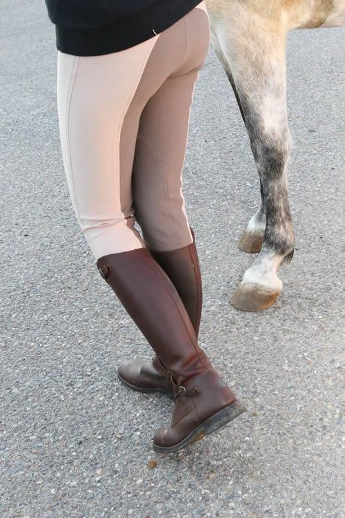 Botas de montar engrasadas y pantalón de montar bicolor