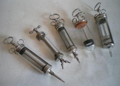 Seringues en verre et métal: Cinq modèles, corps en verre et laiton nickelé,