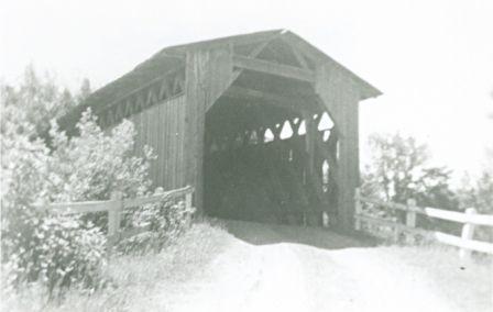 À Ste-Agathe-de-Lotbinière, pont couvert Palmer qui est ensuite devenu le pont McCullaugh. Bâti par Tommy Larnett d'Inverness en 1883 sur la rivière Thomas. Photo 2548 - PHSL
