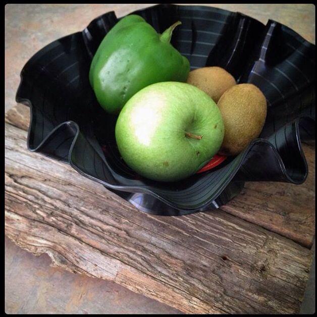 Vide poche ou bol à fruit fait à partir de disques vinyle / bowl made from old vinyl disc.