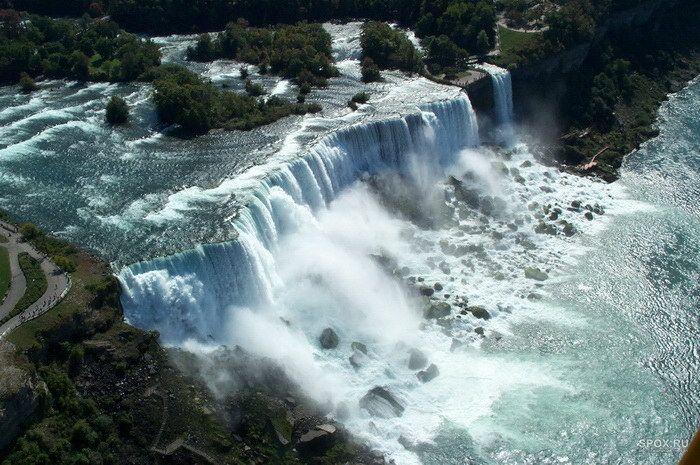 Ниагарский водопад расположен на границе американского штата Нью-Йорк и канадской провинции Онтарио. Ниагарский – самый мощный водопад в Северной Америке, хоть и высота падения воды в нем не настолько большая: всего 53 метра. Водопад «Подкова», являющийся самым крупным в комплексе Ниагарских водопадов, имеет ширину 792 метра. Объем падающей воды примерно составляет величину 5700 м³/с.