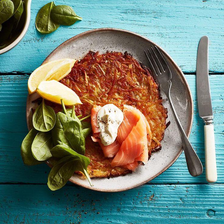 Råraka förväxlas ofta med raggmunk - skillnanden är att råraka endast består av riven potatis som saltas lätt och steks frasig. Gifter sig väldigt bra med lingon men även riktigt bra med kallrökt lax, testa! 🍴👌 #arla #rårakor #potatisbullar #kvargsås créme fraîche keso citron basilika dill örter stekt kvarg #fisk #fav #riven #råriven #recept