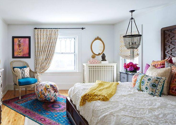 Gri ton karışık uçuk mavi duvar boyası, farklı stillerde yastık ve puf kılıfları ve son derece güzel aksesuarlarla birleşmiş, eklektik bir yatak odası #dekorasyon #dekorasyonfikirleri #dekorasyonönerisi #dekorasyonönerileri #dekorasyononerisi #yatakodası #yatakodasi #yatakodaları #yatakodalari #marifetix #evdekorasyon #evdizayn