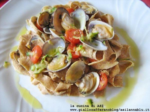 PAPPARDELLE INTEGRALI CON VONGOLE, ZUCCHINE E POMODORINI ricetta pesce