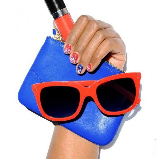 Nail art rossa e blu con glitter
