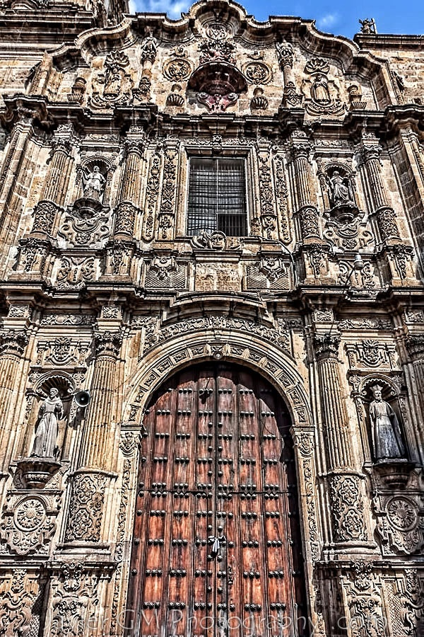 Detalle de la portada dl Templo de San Felipe Neri en Guadalajara, Jalisco, México. La construcción de este templo se inició en 1752 y se concluyó en 1802. Es maravillosa la forma en que está concebido el gran portal labrado con la delicadeza del artífice plateresco, con columnas ornamentadas con motivos fitomorfos. Al centro se encuentra la puerta principal con su arco de medio punto y en los flancos se encuentran los nichos con San Felipe y San Francisco.