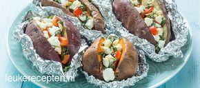 Gezond recept met gepofte zoete aardappel gevuld met selderij, paprika en geitenkaas