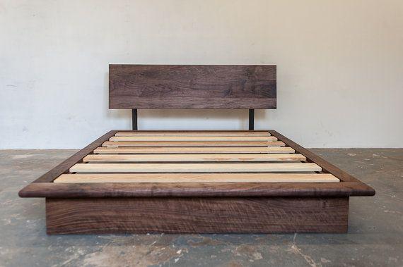 Un lit plate-forme modern qui met en valeur la beauté des bois feuillus américains. La tête de lit repose sur deux supports en acier, et se penche en arrière légèrement pour agréable assis & lecture dans le lit. Profil bas du lit propose des lignes simples et épurées pour un look élégant et modern. Hauteur du matelas : 20 po. Plancher en tête de lit : 36 po. Nos lits sont fabriqués à la main à Baltimore, Maryland. Nous utilisons les feuillus régionale, en acier, et finitions…