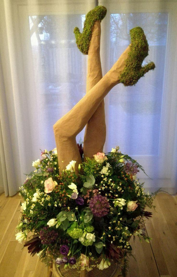 Object / bloemstuk rok met benen omgedraaid