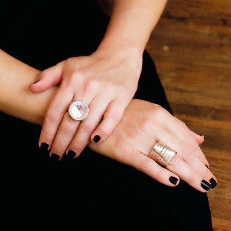 Anéis grandes... quem nunca?! Ame ou odeie, uma coisa é certa - eles não passam despercebidos jamais! Na foto, os anéis de prata Reflexo Redondo http://www.vanessarobert.com.br/anel-reflexo-redondo e Diagonal http://www.vanessarobert.com.br/anel-diagonal são os escolhidos!