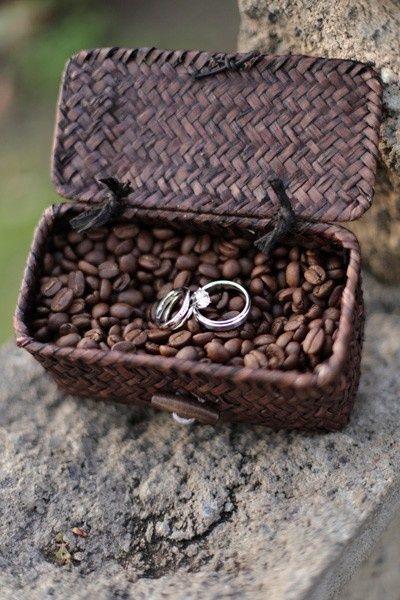 Abres la caja y... sorpresa! ese aroma tan especial que os traslada a un recuerdo, un viaje, una fecha singular. Nos encanta este porta alianzas!