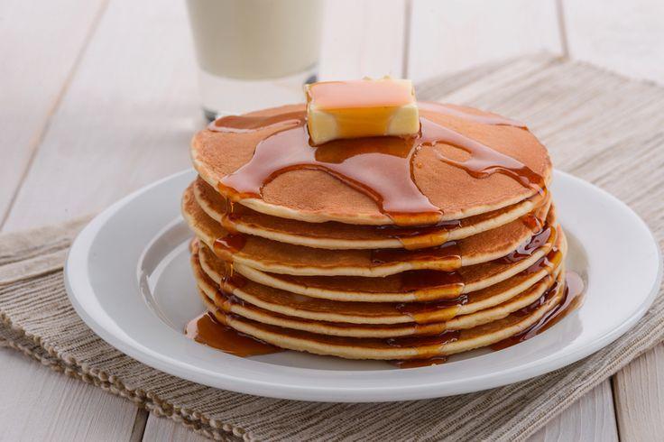 I pancakes americani sono delle gustose frittelle alte e soffici. La ricetta originale dei pancake si prepara con 7 ingredienti.