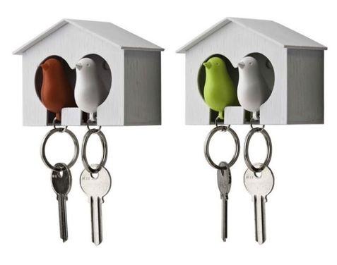 Llavero silbato duo con forma de pájaros y portallaves para fijar a la pared.  2 llaveros/silbatos + 1 casa.