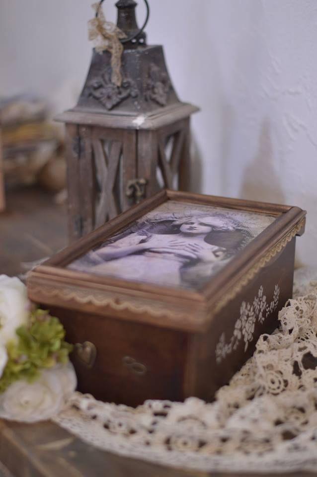 pácolt, stencillel , csipkével és fémmel diszitett fa doboz esküvői emlékeknek