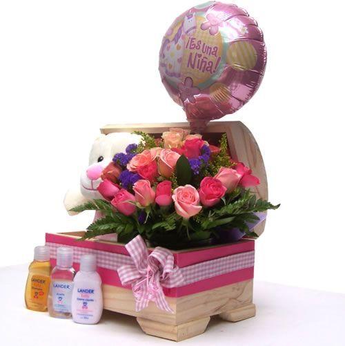 Vista Lateral del Regalo Baúl Kit de Bienvenida para niña. Se aprecia toda su belleza y originalidad. Para entregar en Bogota, Colombia, desde USD$65