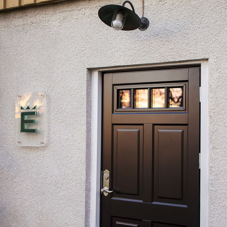 En vacker solnedgång speglas i vår snygga Ascot 300 G48 SP0:3 ytterdörr i svart.  #Ekstrands #ytterdörr #ytterdörrar #dörr #dörrar #Ascot300 #svartdörr #svartadörrar #inspiration