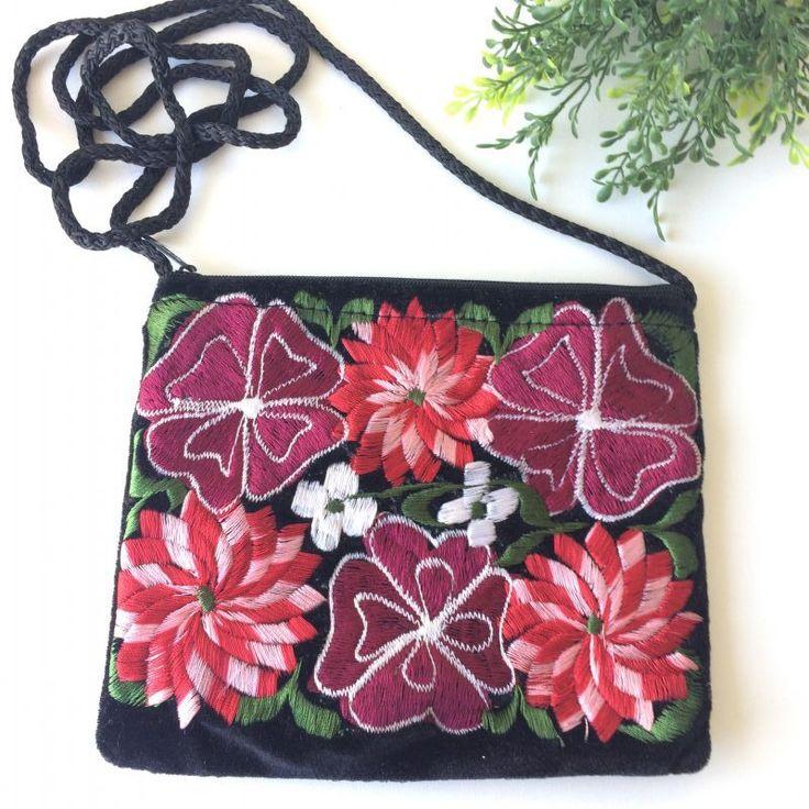 zwart tasje met rode bloemen - new online - 4leafs4joy - party - 18 cm breed - 15 cm hoog - schouderband is 60 cm - niet afstelbaar - rits aan de bovenzijde