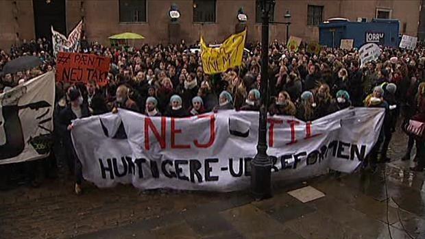VIDEO Tusinde studerende hoppede i takt mod uddannelsesministeren | Nyheder | DR