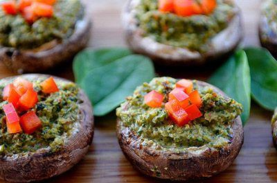 Фаршированные грибы.  Вам понадобится:    около 20-25 шампиньонов;  1 красный перец;  2 зубчика чеснока;  1/2 луковицы;  1/2 стакана грецких орехов;  стакан шпината (опционно);  соль, перец
