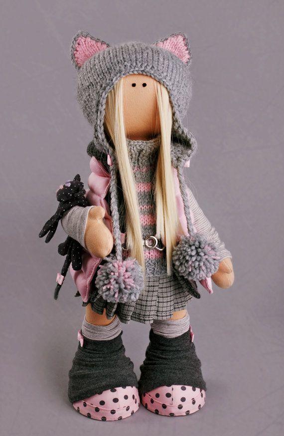 Hola, queridos visitantes!  Esto es hecha a mano muñeca suave creada por Master Alena Raduga (Moscú, Rusia).  La muñeca es 42 cm (16,5 pulgadas) de altura.  Muñecas y juguetes están hechos de materiales de calidad - tela de muñecas europeas o americanas 100% algodón. Elementos punto están hechos de lana y mohair. Todos los materiales son tierna y agradable al tacto. Cuerpo principal está cosido de tela Europea especial para muñecas y juguetes. Gran medida mantiene forma y tiene color natural…