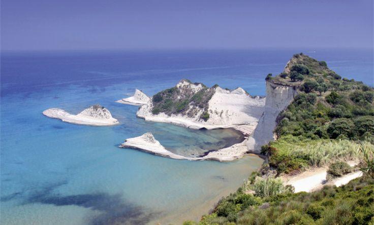 Das Kap Drastis ist eine der schönsten Natursehenswürdigkeiten und zugleich der nordwestlichste Punkt der Insel Korfu. Von den Klippen rund um das Kap hat man den besten Blick auf die bizarre Felsformation. Das Gebiet eignet sich sehr gut zum Wandern und bietet generell immer wieder tolle Ausblicke! Beste Reisezeit: Mai bis September
