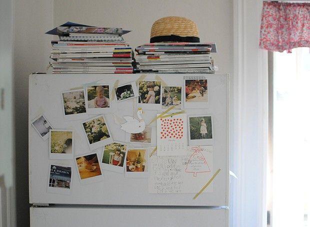 Olha que ideia boa, Chelsea usa fotos tipo polaroids para decorar a geladeira!