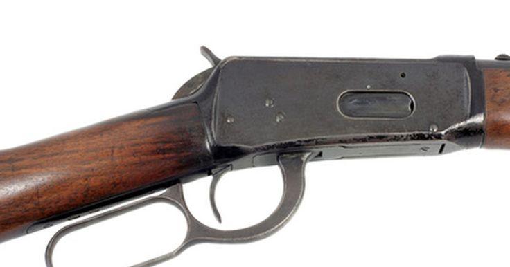 """Cómo montar una mira para rifles Winchester  30-30. Montar una mira telescópica, conocido como """"mira"""" en el vocabulario de los tiradores, a un rifle te permitirá disparar con mucha más precisión, y a mayores distancias que con las miras abiertas tradicionales. Debido a tu estilo de eyección superior, el Winchester 30-30 con acción de palanca, la mira debe estar compensada ligeramente hacia a la ..."""