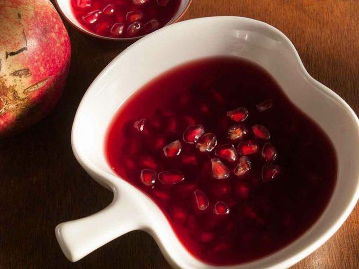Nar Reçeli  -  Dilek Erol #yemekmutfak.com Nar reçeli gerek görünümüyle, gerekse tadıyla çok seveceğiniz bir reçel. Ekşi nardan da yapılabilir, tatlı nardan da. Kahvaltı sofralarınızı süsleyecek lezzetli bir reçel.