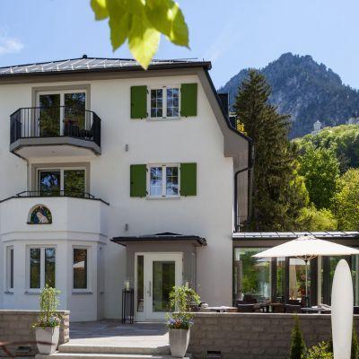 Übernachten Sie direkt unterhalb von Schloss Neuschwanstein im Romantik Hotel Schwangau Villa Ludwig im Allgäu.