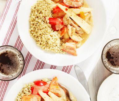 Ett mättande och gott recept med smakrika ingredienser som strimlad kycklinglårfilé, vitlök, paprika, minimajs, grädde och mango chutney. Servera kycklinggrytan med ris och gärna en krispig sallad.