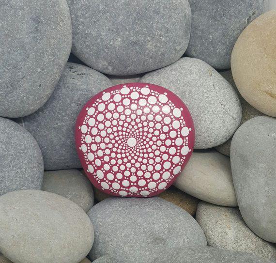 Roccia di Mandala dipinta a mano. Tutte le roccie sono dalla Riviera francese!  Questa roccia è interamente verniciata a magenta rosa, con il disegno della mandala in tutto il bianco.  La pietra è stata rivestita due volte con una vernice trasparente. Può essere rivestito con una finitura lucida su richiesta.  Peso: 395g Dimensioni: Lunghezza 9cm, larghezza 8cm, profondità 2,9 cm (tutti i formati sono approssima misurata nel punto più largo di ogni elemento come ogni elemento varia in quanto…