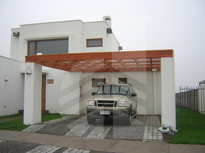 Estacionamiento con pilares de hormigón y techo tipo celosía