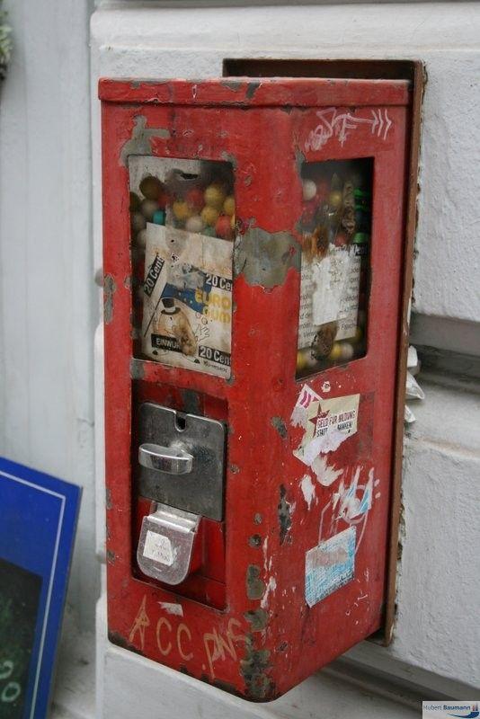"""Kaugummiautomat (schon etwas in die Jahre gekommen) sieht irgendwie """"vergessen"""" aus.   In Neudeutsch würde man sagen: Ein kultiger 24×7 DriveIn im Retro-Design. :-) – Hubert Baumann"""
