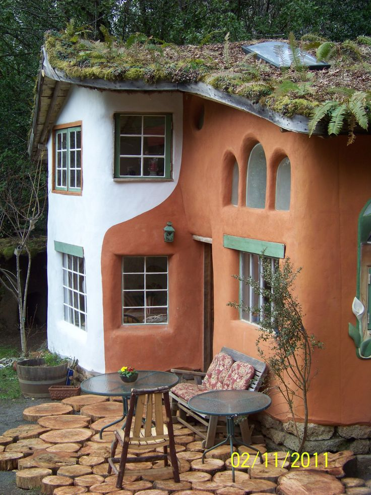 Wonderful cob home with living roof.  Don't like the two colored walls but its very nice looking other than that