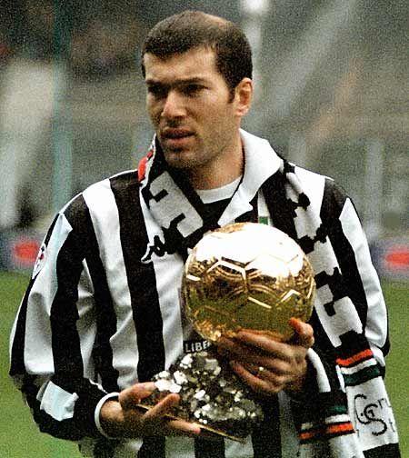 Zidane posando con el Balón de Oro cuando jugaba en la Juventus