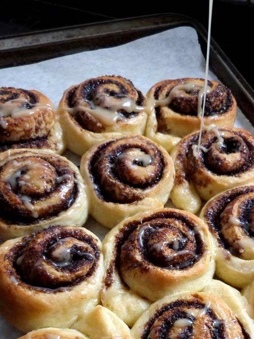Una receta, ideas diferentes. La receta de rosca de Petrona, en un formato y sabores originales: rolls de azucar negra y glasé avellana