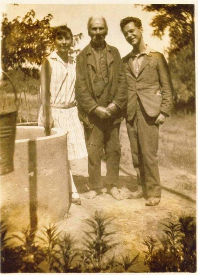 """""""Egy különleges fénykép. József Etelka, József Attila és anyai nagyapjuk, Pőcze Imre. 1928-án, Szabadszálláson. Tóth Csaba bejegyzése."""""""