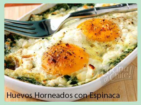 Huevos cocinados en el horno con espinaca y especias.