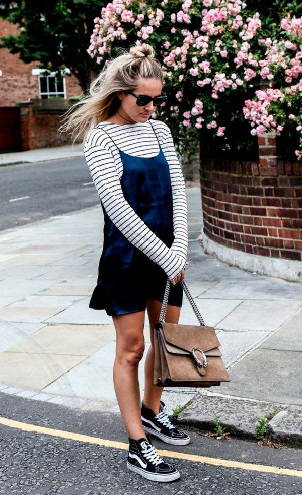 blusa listrada, slipdress e tênis vans.
