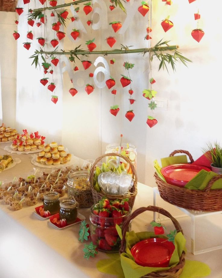 """""""C'era una volta una cara ragazzina; solo a vederla le volevan tutti bene, e specialmente la nonna, che non sapeva piu' cosa regalarle. Una volta le regalò un cappuccetto di velluto rosso, e, poichè le donava tanto ch'essa non volle più portare altro, la chiamarono sempre Cappuccetto Rosso"""". da 'Cappuccetto Rosso' i Fratelli Grimm #red #strawberry #decor #paper #gardenart #RedRidingHood #party #partydecor #onceaponatime #kids #allestimento #idea #partydecor"""