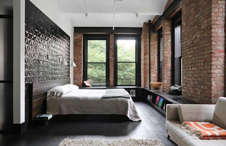 LA ZONA NOTTE Nota sofisticata in camera da letto. Il nero sconfina sulla parete sottoforma di testata letto in ceramica, con trama a rilievo. Applique Navire Jib di Atelier de Troupe