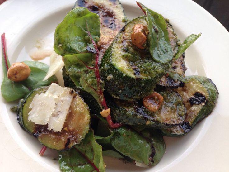Moeilijkheid (1 t/m 5): Duur: 30 minuten Een heerlijke salade met gegrilde courgette, snijbiet en basilicumpesto. Serveer met een pasta (vegetarisch) en/of met een stukje vlees. Ingrediënten – voor 4 personen 4 courgettes handje hazelnoten 30 gram snijbiet 3 eetlepels balsamicoazijn 3 eetlepels basilicumpesto, potje of zelfgemaakt (klik hier voor het recept) olijfolie, extra vierge …