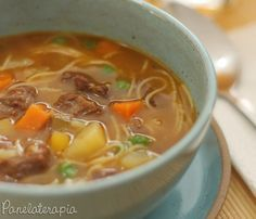 """Wikipédia: A minestrone (italiano: minestra (sopa) + -one (sufixo aumentativo), portanto """"sopão"""" ou """"sopa com vários ingredientes"""" é uma sopa italiana muito espessa, compost…"""