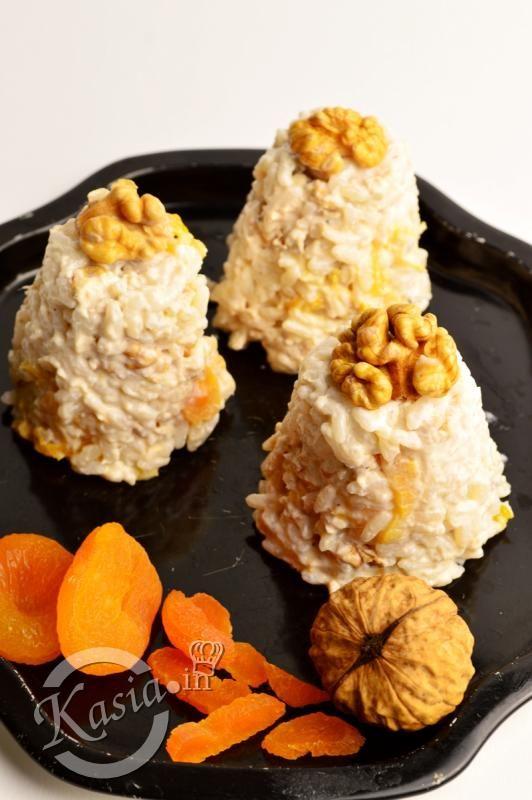 sałatka ryżowa z kurczakiem, suszoną morelą i orzechami włoskimi