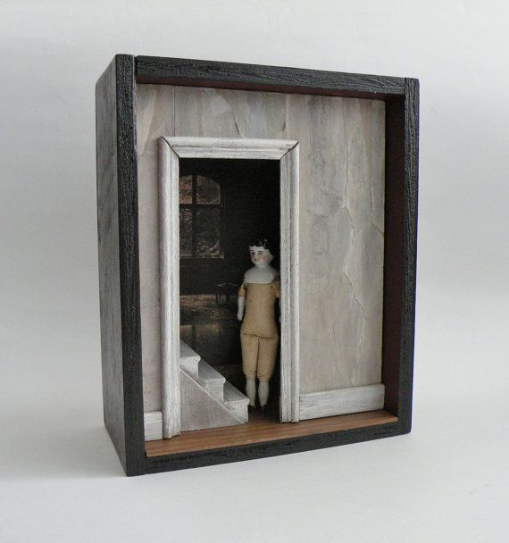 Caja de curiosidad, muñeca antigua, mueble de caja de sombra, ensambladura - puerta - Memento Mori