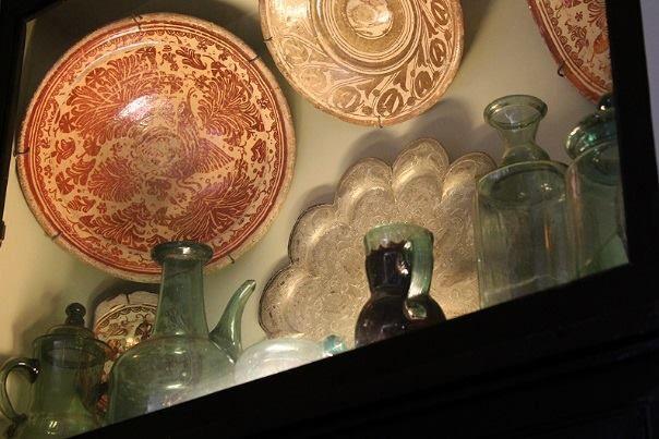 Llegamos a la mitad de la semana con esta foto del interior de la #Biblioteca. ¿Sabías que allí se conserva una importante colección de piezas de vidrio de #Castril? ¡Ven a conocerla! (pases de visita que incluyen biblioteca: 10:30,18:00 y 18:30 h.)