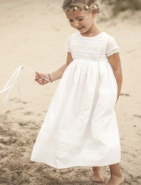 """Allure poétique alliant romantisme et élégance à une pointe de style rétro. Cette robe """"couture"""" d'inspiration empire se distingue par la richesse de"""